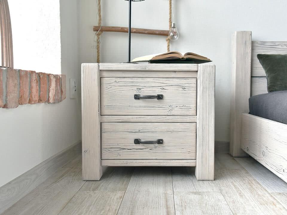 Dřevěná noční skříňka