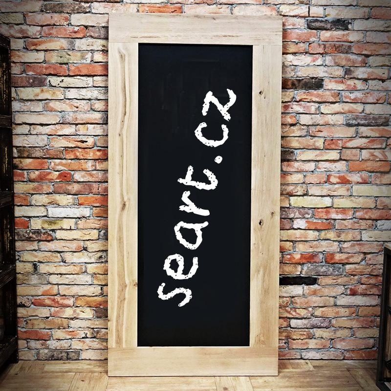 dřevěné dveře s tabulí