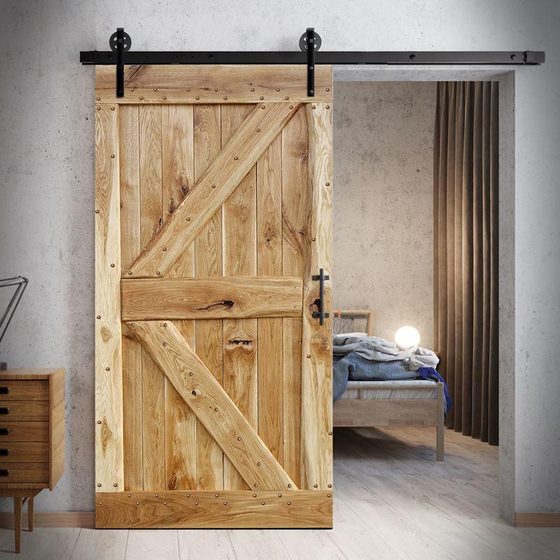 Dubové dveře s hřebíky
