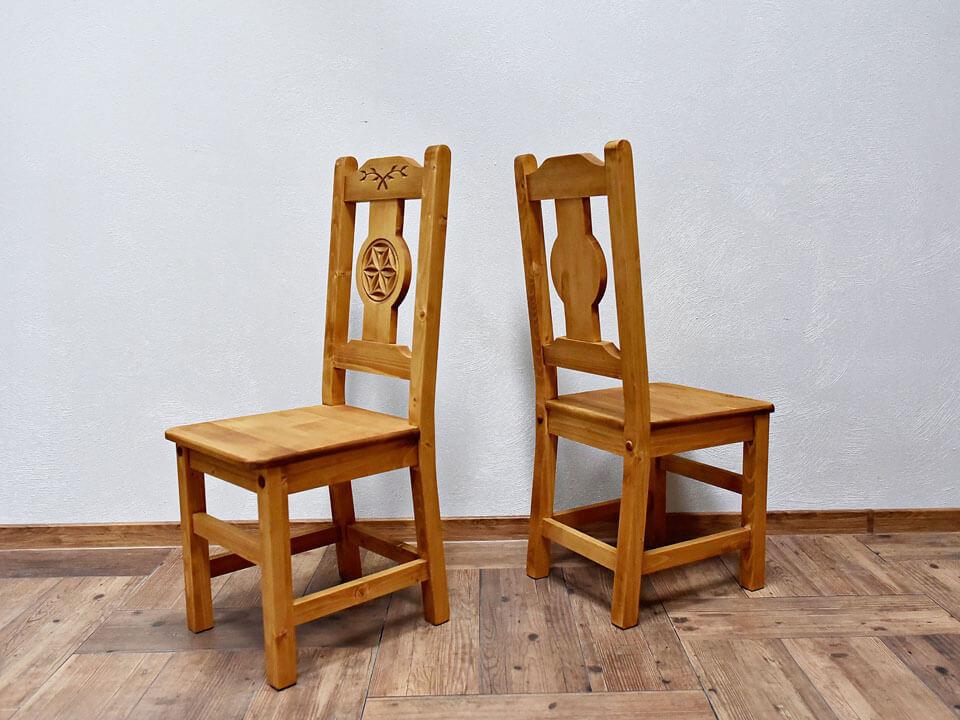 drewniane krzesło z oparciem