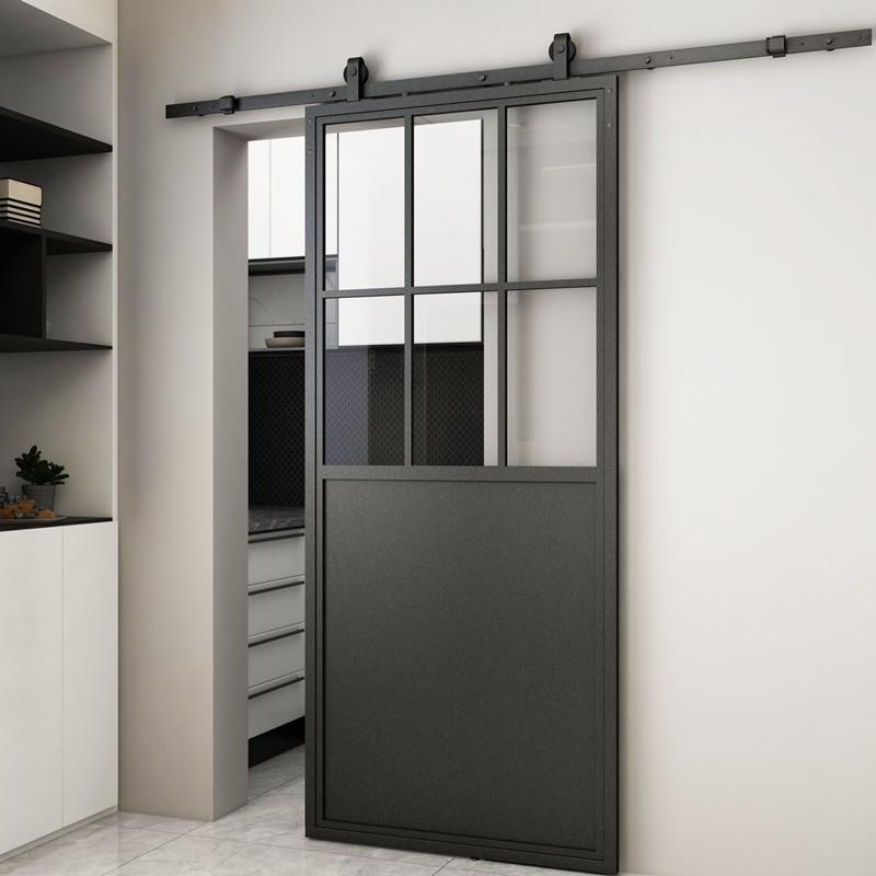 posuvné dveře v kovovém rámu