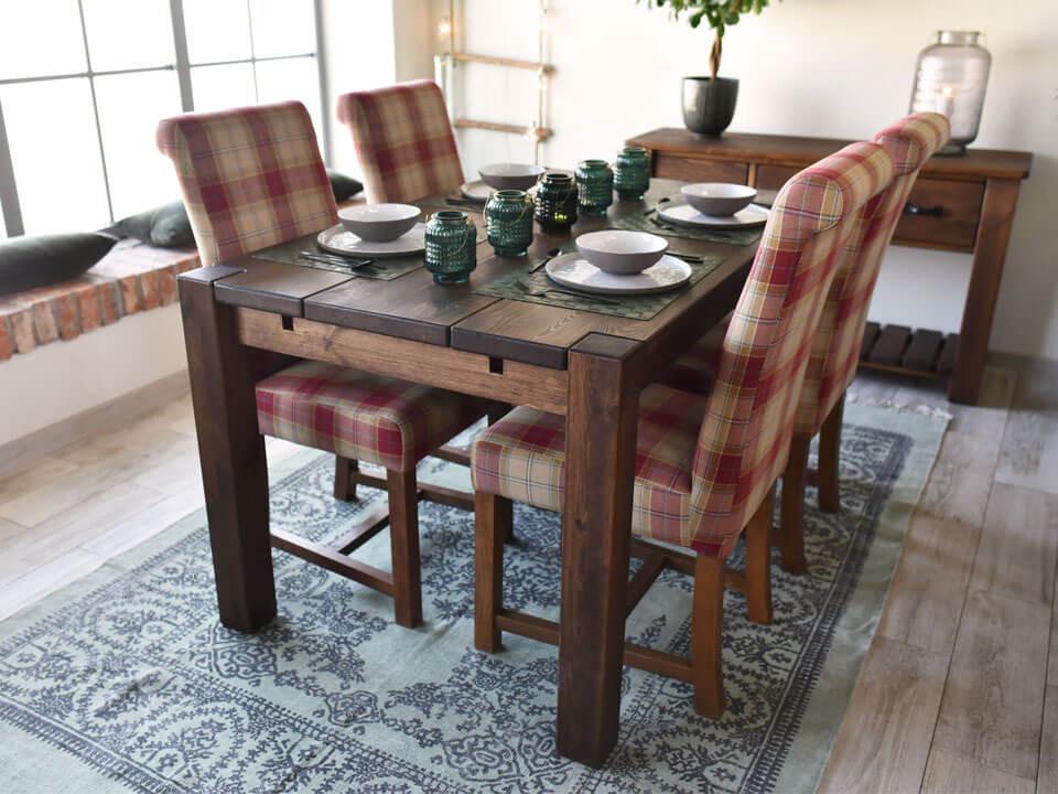 Dřevěný jídlení stůl