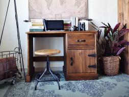 Psací stůl z borovicového dřeva