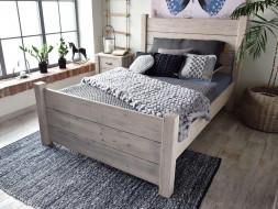 Rustikální postel ze dřeva