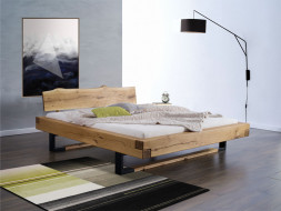 Postel v modní kombinaci dřeva a kovu