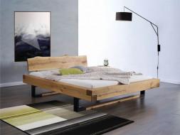 Dubová postel s kovovým povrchem