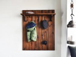 Dřevěný panel s věšáky