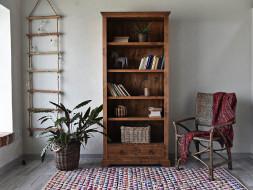 Knihovna s vyřezávaným průčelím