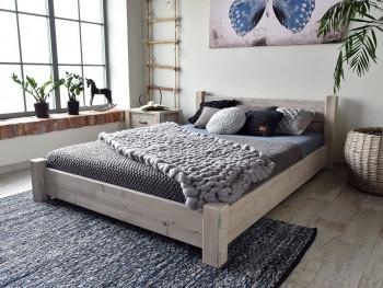 Dřevěná rustikální postel