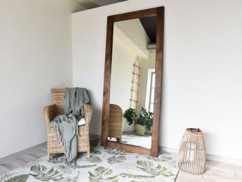 Zrcadla v masivním dřevěném rámu