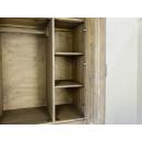 Dřevěná šatní skříň