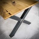 Dřevěné stoly s kovovými podnožemi