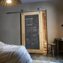 dřevěné posuvné dveře s tabulí