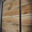 dřevěné dveře v kovovém rámu