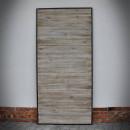 šedé dveře v ocelovém rámu