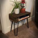 stolek na kovovém podnoží