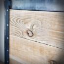dřevěná deska zasazeno do ocelového rámu