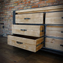 Dřevěný nábytek se zásuvkami