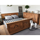 Dřevěná postel do ložnice