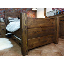 Pohodlná dřevěná postel z masivní borovice