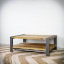 Masivní stolek s železnými nohami