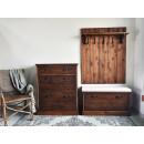 Dřevěný panel s poličkou a věšáky