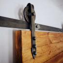 kovový pojezd upevněn ke dveřím