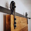 kovový pojezd upevněný ke dveřím