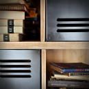 Knihovna z kovu a borového dřeva