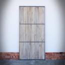 šedé dveře s ocelovými příčkami