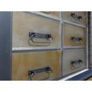 komoda z metalowymi szufladami
