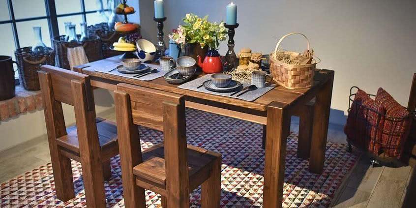 Jídelní stůl z borovice a jeho výhody